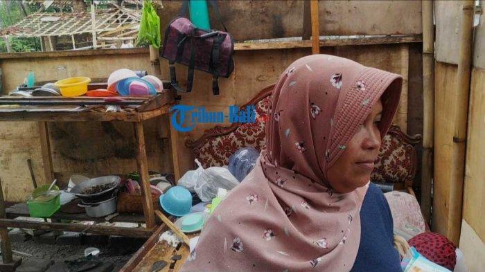 kondisi kediaman semi permanen yang ditinggali Kusniyah dan keluarganya di Dusun Losan, Desa Takmung yang rusak akibat diterjang hujan deras dan angin kencang, Selasa dini hari, (23/2).