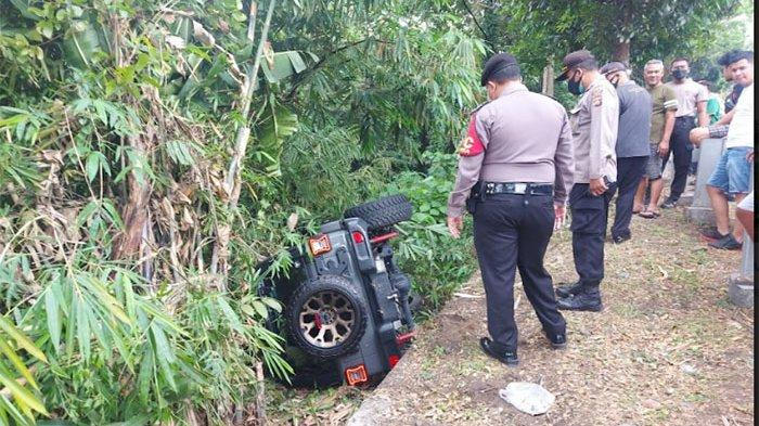 Hendak Mendahului Kendaraan di Depannya, Mobil Rubicon Hilang Kendali Hingga Terperosok di Tabanan
