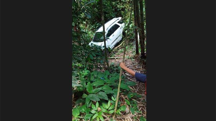 Mobil Putih Terperosok ke Jurang 15 Meter di Baturiti, Seorang Penumpang Usia Baru 3 Tahun Selamat