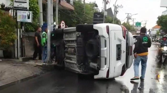 Diduga Karena Out of Control, Sebuah Mobil Terguling di Badung Bali