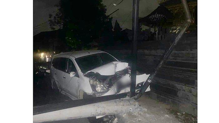 Mobil Grand Livina Tabrak Tiang Listrik Hingga Roboh di Sidakarya