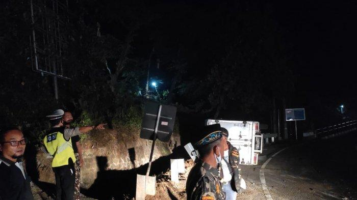 Mobil Box Bermuatan Daging Terguling di Tabanan, Korban Mengalami Luka Ringan