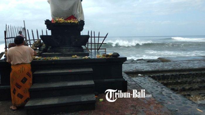 Angin Kencang, Daratan Pantai Lebih Gianyar Rawan Tergenang Air Laut