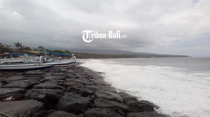 Jukung Nelayan di Pesisir Pantai Ujung Pesisi Alami KerusakanAkibat Diterjang Ombak Pantai