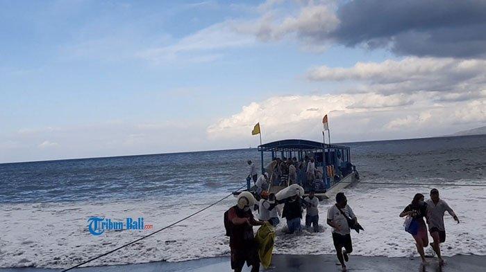 Angin Kencang dan Gelombang 1,5 Meter, Boat dari Nusa Penida Sempat Turunkan Penumpang di Padang Bai
