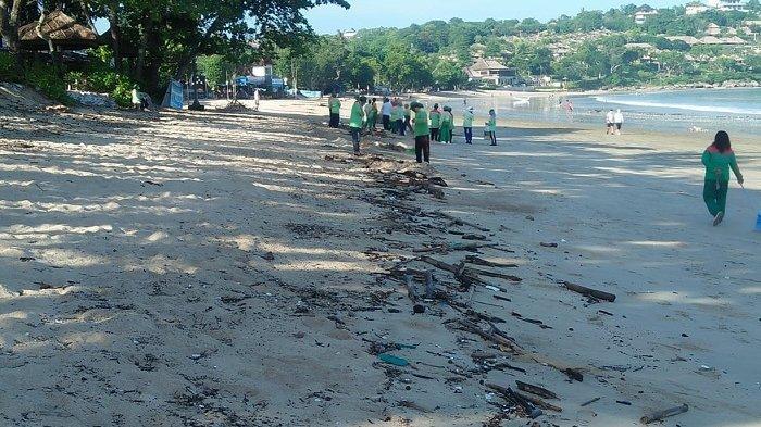 Masih 10 Ton, DLHK Badung Terus Optimalkan Penanganan Sampah di Pantai Jimbaran