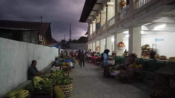 Puluhan Pedagang Tak Dapat Tempat di Pasar Amlapura Barat, Sementara Berjualan di Emperan & Terminal