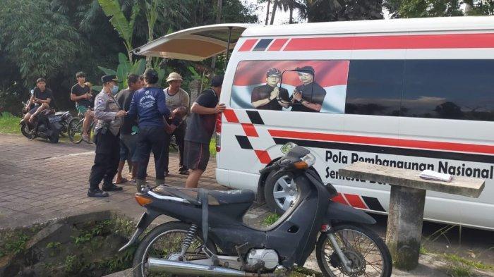 Diduga Terpengaruh Alkohol, Pengendara Sepeda Motor Jatuh ke Selokan
