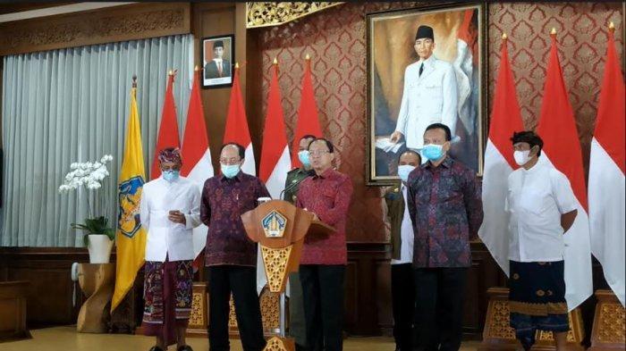 Gubernur Bali, Wayan Koster didampingi beberapa jajarannya melaksanakan konferensi pers di rumah jabatannya, Jaya Sabha, Denpasar, Selasa (15/12/2020). Konferensi pers ini berkaitan dengan kebijakan Bali selama libur Hari Raya Natal dan tahun baru (Nataru)