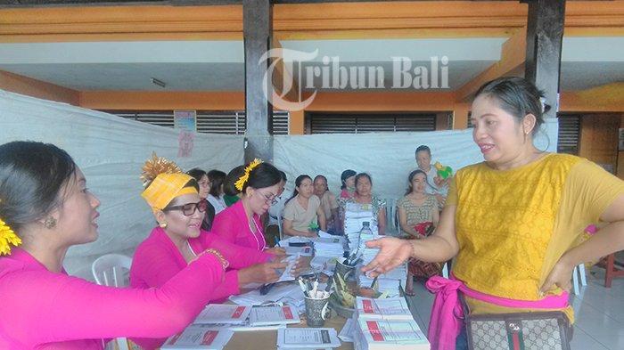 Tampil Beda, Seluruh Petugas KPPS Banjar Kedaton Perempuan