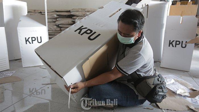 Kebut Persiapan Logistik Jelang Pilkada, KPU Denpasar Rakit Kotak Suara