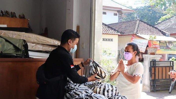 KPU Tabanan Patungan Berikan 40 Paket Sembako ke Warga Tedampak Covid-19