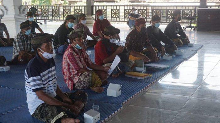 Krama Desa Adat Liligundi Mesadu ke DPRD Karangasem Terkait Persoalan Pararem Pemilihan Bendesa