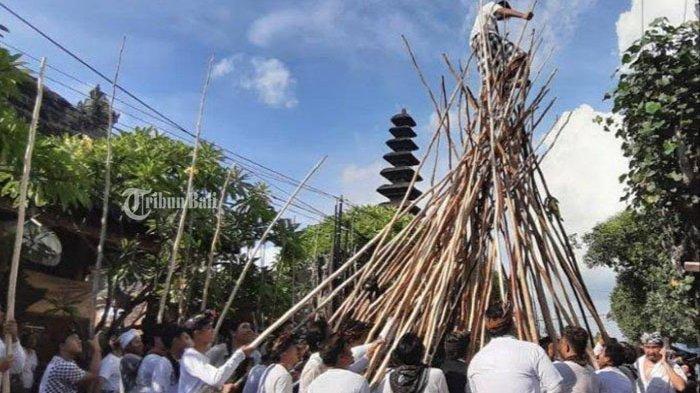 Tradisi Mekotek di Desa Adat Munggu Dilaksanakan dengan Protokol Kesehatan Ketat & Peserta Dibatasi