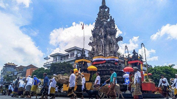 Muliakan Roh Hewan Kurban, Ratusan Warga Ikuti Ritual Mapepada di Catus Pata Kota Semarapura