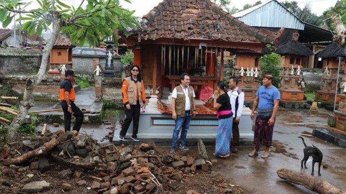 Prihatin Pohon Tumbang Timpa Pura di Penarungan Badung, Alit Kunjungi Keluarga Korban Beri Bantuan