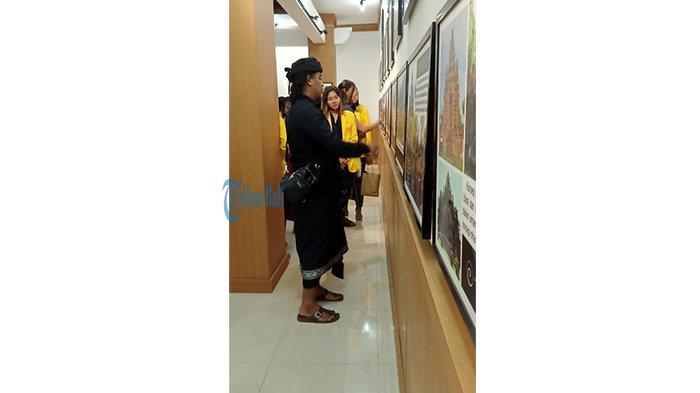 Anak Muda Kunjungi Pameran Situs dan Ritus Bali, Dapat Pemaparan Langsung tentang Arsitektur Bali