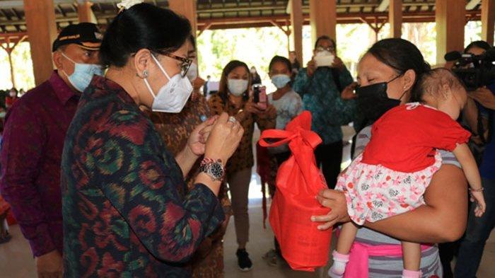 Kunker ke Jembrana, TP PKK Provinsi Bali Serahkan Bingkisan Bagi Ibu Hamil dan Keluarga Stunting