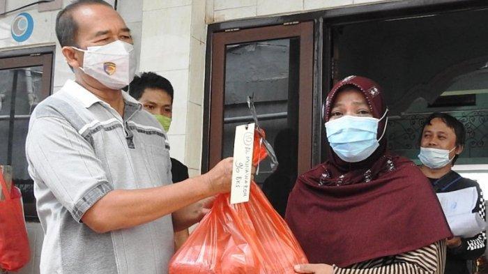 Ketua Pengurus Masjid At Taqwa Polda Bali AKBP Shobirin saat menyerahkan daging kurban kepada jamaah ibu-ibu Al Munawarah di Denpasar, Bali, Rabu, 21 Juli 2021.