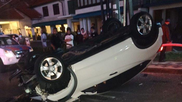 Diduga Pengaruh Minuman Beralkohol, Sebuah Mobil Terbalik di Jalan Kartika Plaza Kuta