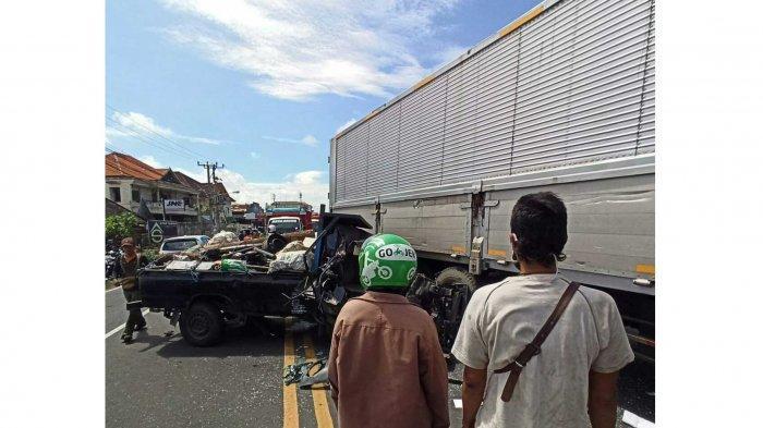 BREAKING NEWS – Lakalantas di Jalan Buluh Indah Denpasar, Pick Up Ringsek Tabrak Truk Kontainer