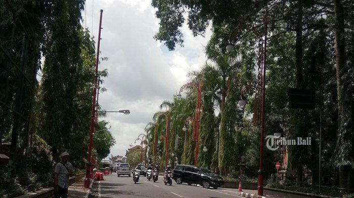Lampu penerang jalan dengan tiang menyerupai penjor warna merah di depan Kantor Bupati Gianyar, merupakan satu di antara ratusan lampu yang diadakan dengan anggaran Rp 8 miliar lebih. Foto diambil, Kamis (26/11/2020)