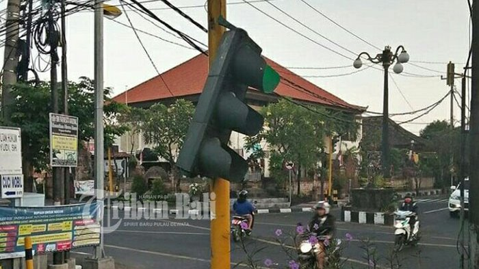 Waspada, Lampu Traffic Light Terlepas dari Tiangnya