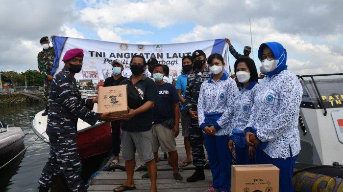 Gunakan Kapal Boat, Lanal Denpasar Bagikan Sembako ke Pelaku Usaha Water Sport