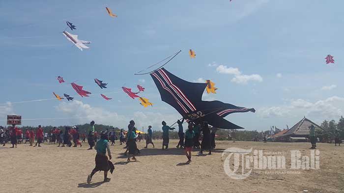 Lomba Layang-Layang Br Tanjung ke VIII di Pantai Mertasari, Sanur, Denpasar, Bali, Minggu (21/8/2016).