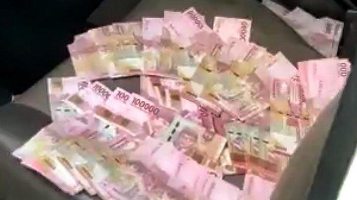 (ilustrasi) Lembaran uang ditemukan berserakan. Sejumlah petani warga Desa Plumbon yang sedang berladang menemukan lembaran uang yang ditaksir berjumlah Rp 100 juta tersebar di aliran irigasi.