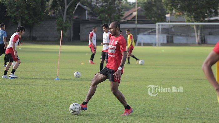 Sambut Trofi di Dipta! Pemain Bali United Leonard Tupamahu Ingin Beri Kemenangan di Laga Pamungkas
