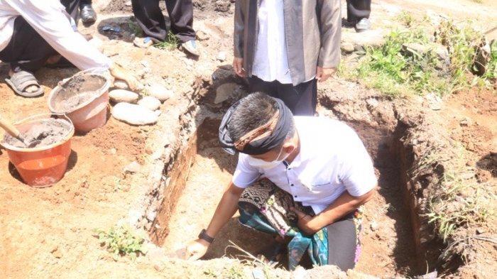 Wabup Patriana meletakkan batu pertama - Letakan Baru Pertama, Wabup Jembrana Patriana: Jadilah Generasi Yang Amanah Untuk Kemajuan Jembrana