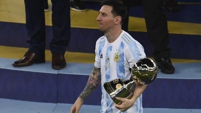 Lionel Messi memegang trofi Top Skor Copa America 2021 setelah timnas Argentina mengalahkan Brasil 1-0 di final yang bergulir di Stadion Maracana pada Minggu, 11 Juli 2021, pagi hari WIB.