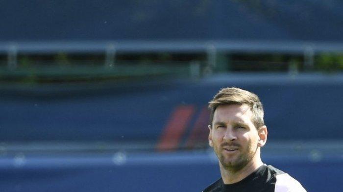 Lionel Messi mengikuti latihan perdana bersama skuad Paris Saint-Germain (PSG) di pusat latihan PSG, Camp des Logers, 13 Agustus 2021.