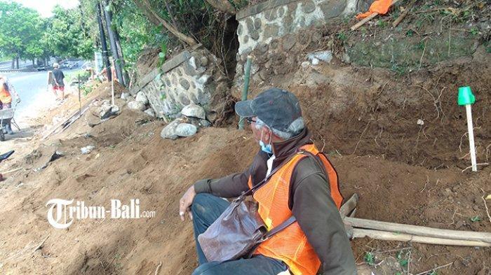 Seorang Pekerja Proyek di By Pass IB Mantra Blahbatuh Dilarikan ke RS, Kaki Tertimpa Longsor