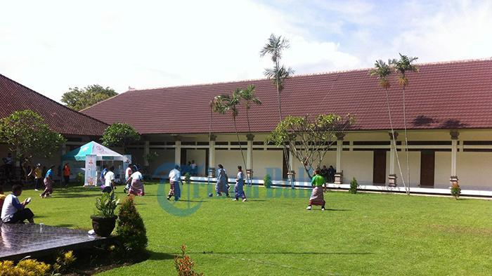 Lomba Sepak Bola Pakai Sarung Meriahkan Hardiknas di Bali