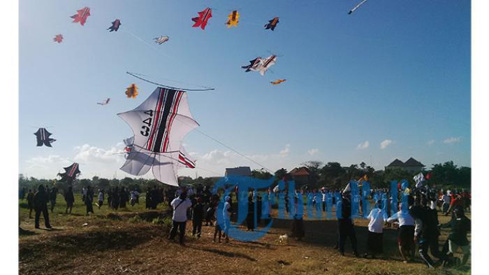 50 Pemuda Noja Kesiman Meriahkan Festival Layang-layang Bali ke-38
