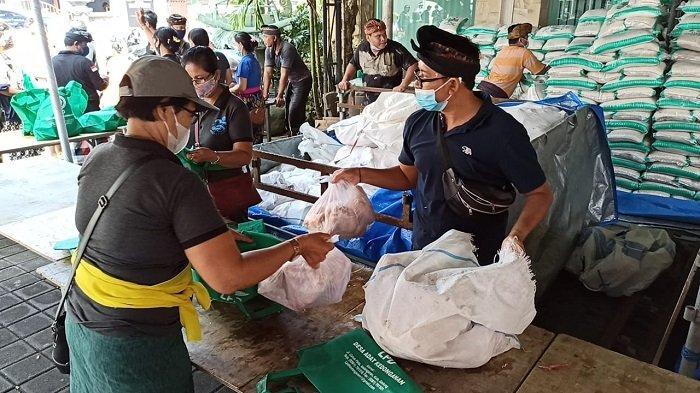 5.231 Krama Dapat Paket Daging Babi, LPD Desa Adat Kedonganan Bali Mepatung Jelang Galungan
