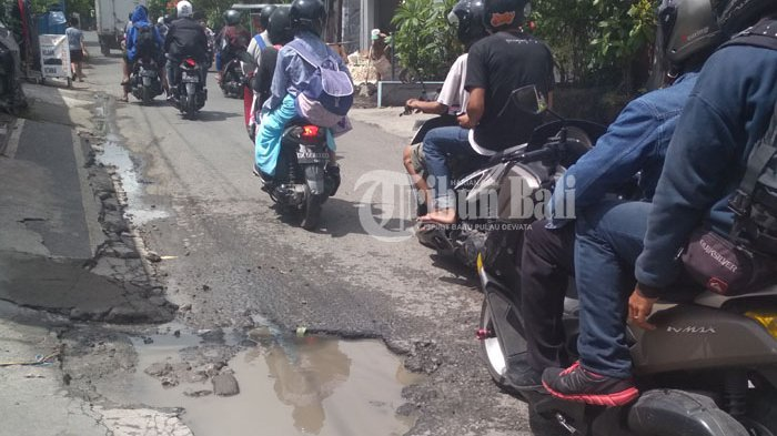 Awas Ada Lubang Membahayakan di Jalan Tukad Pule Denpasar