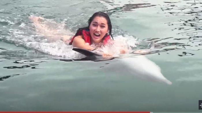 Lucinta Luna  berenang dengan lumba-lumba di Bali