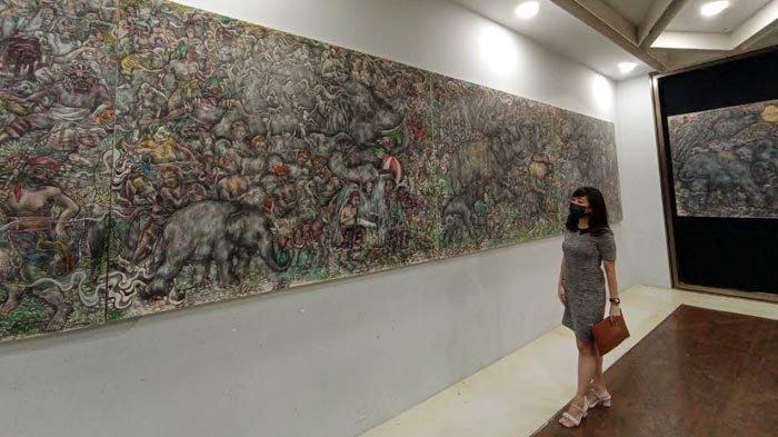 Pameran di Surabaya, Nyoman Ari Kisahkan Tradisi Masyarakat Bali Lewat Lukisan Sepanjang 8 Meter