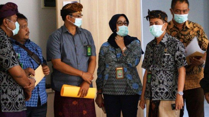 Majelis Hakim PN Denpasar Serahkan Surat Pembantaran Terhadap Wayan Wakil