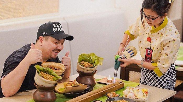 Makan Cuy! Ikuti Keseruan Nex Carlos Menyantap Sosis Ayam Betutu Satu Meter