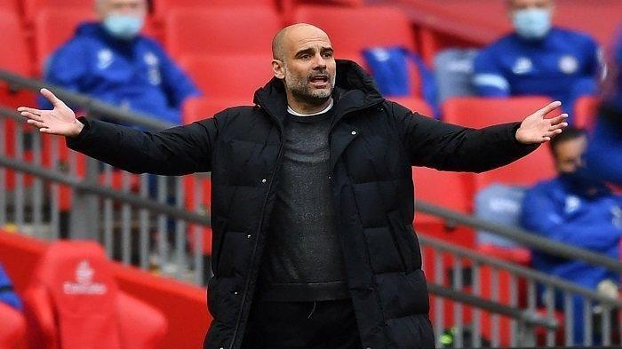 Manajer Manchester City Spanyol Pep Guardiola memberi isyarat di pinggir lapangan selama pertandingan sepak bola semifinal Piala FA Inggris antara Chelsea dan Manchester City di Stadion Wembley di barat laut London pada 17 April 2021.