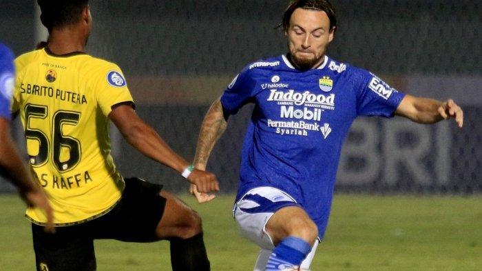 Gelandang Persib Marc Klok saat menghadapi Barito Putera. Klok cetak gol kemenangan Persib.