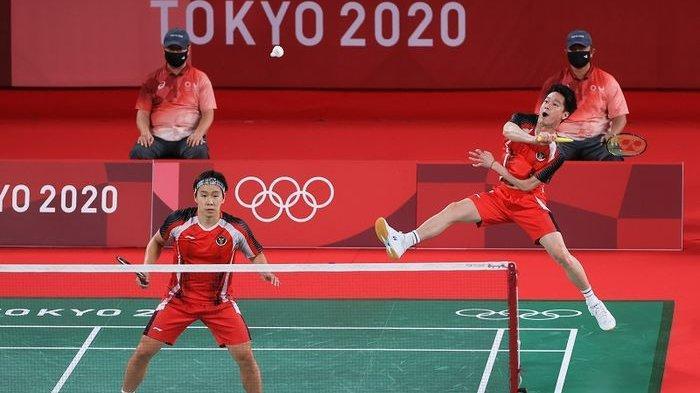 Pasangan ganda putra Indonesia, Marcus Fernaldi Gideon/Kevin Sanjaya Sukamuljo, pada laga terakhir penyisihan grup Olimpiade Tokyo 2020 di Musashino Forest Sport Plaza, Selasa (27 Juli 2021).