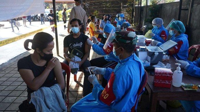 Divaksin - Masyarakat saat mendapatkan vaksin di Polres Bangli, Rabu, 11 Agustus 2021.
