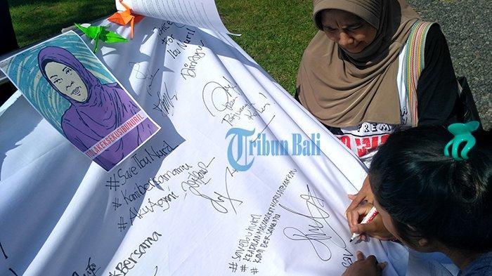 Aksi Solidaritas dan Tanda Tangan Petisi  #SaveIbuNuril di Lapangan Niti Mandala