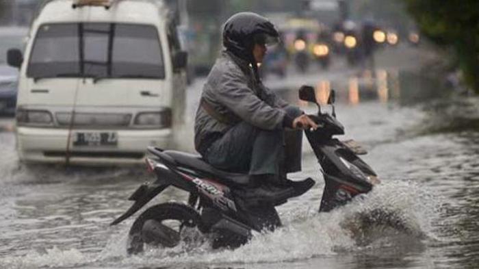 Ini Bahaya Mengendarai Sepeda Motor Saat Hujan Deras dan Angin Kencang