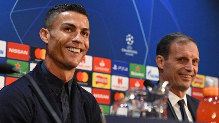 Megabintang Juventus, Cristiano Ronaldo (kiri) menghadiri konferensi pers bersama pelatih Massimiliano Allegri di Stadion Old Trafford, Manchester, Inggris, pada 22 Oktober 2018.